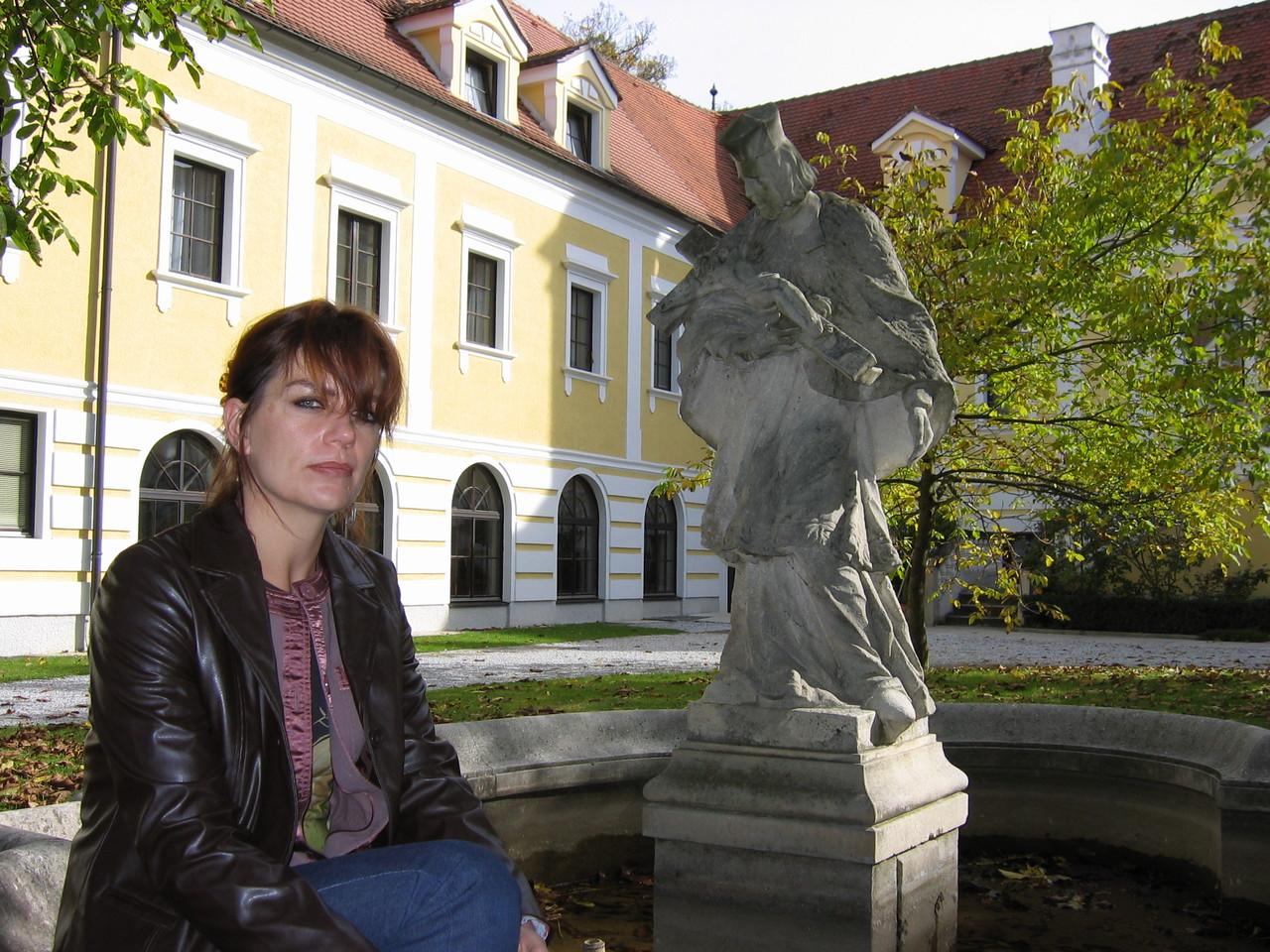 Im Schloss Haindorf plätschert ein Springbrunnen.