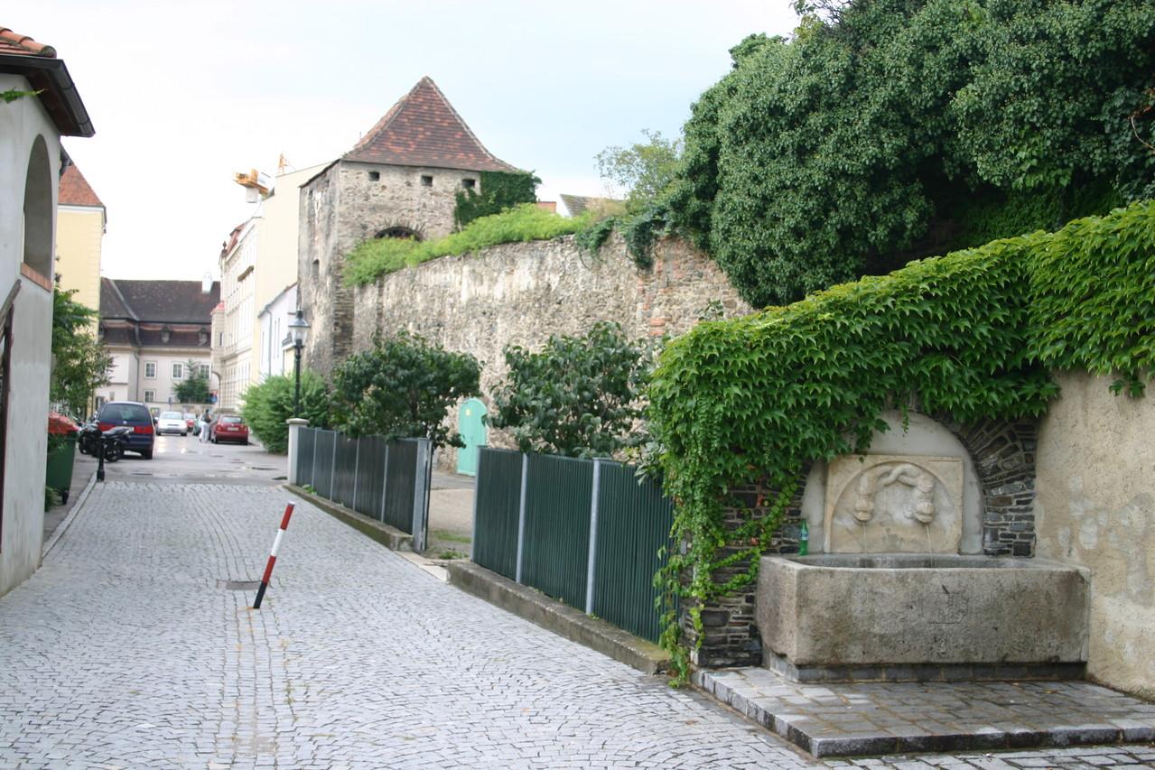 Versteckt in der Mühlbachgasse findet sich ein neuerer Brunnen...