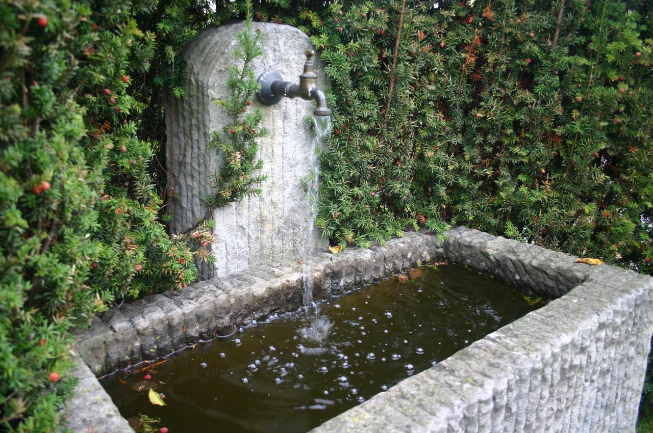Mehrere Brunnen plätschern in den Schaugärten Kittenberger in Schiltern