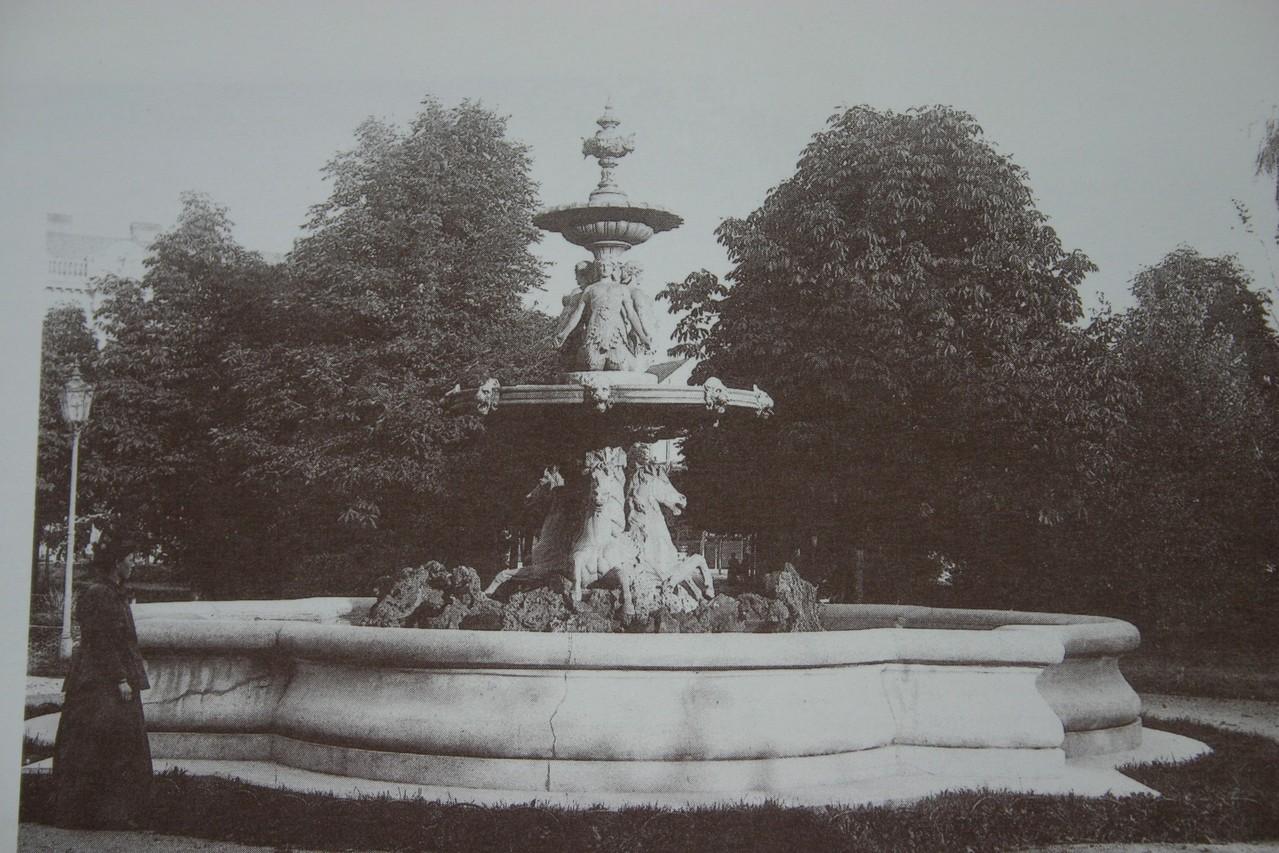 1962 wurde der Stadtparkbrunnen - 1884 errichtet - gegen den...