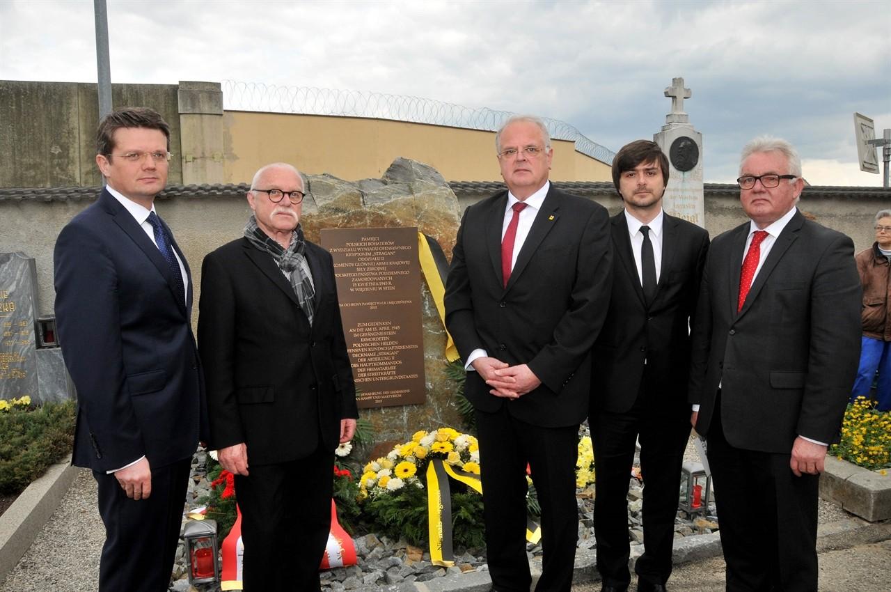 Bürgermeister Dr. Reinhard Resch (3.v.l.) und der Botschafter der Republik Polen, Mag. ArturLorkowski (4.v.l.), enthüllten den Gedenkstein für die polnischen Opfer von Stein.