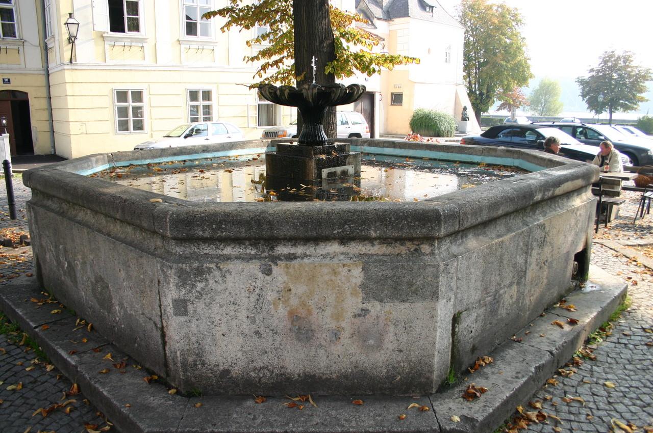 Gar nicht so alt, wie er aussieht, ist der Brunnen am Köchlplatz...
