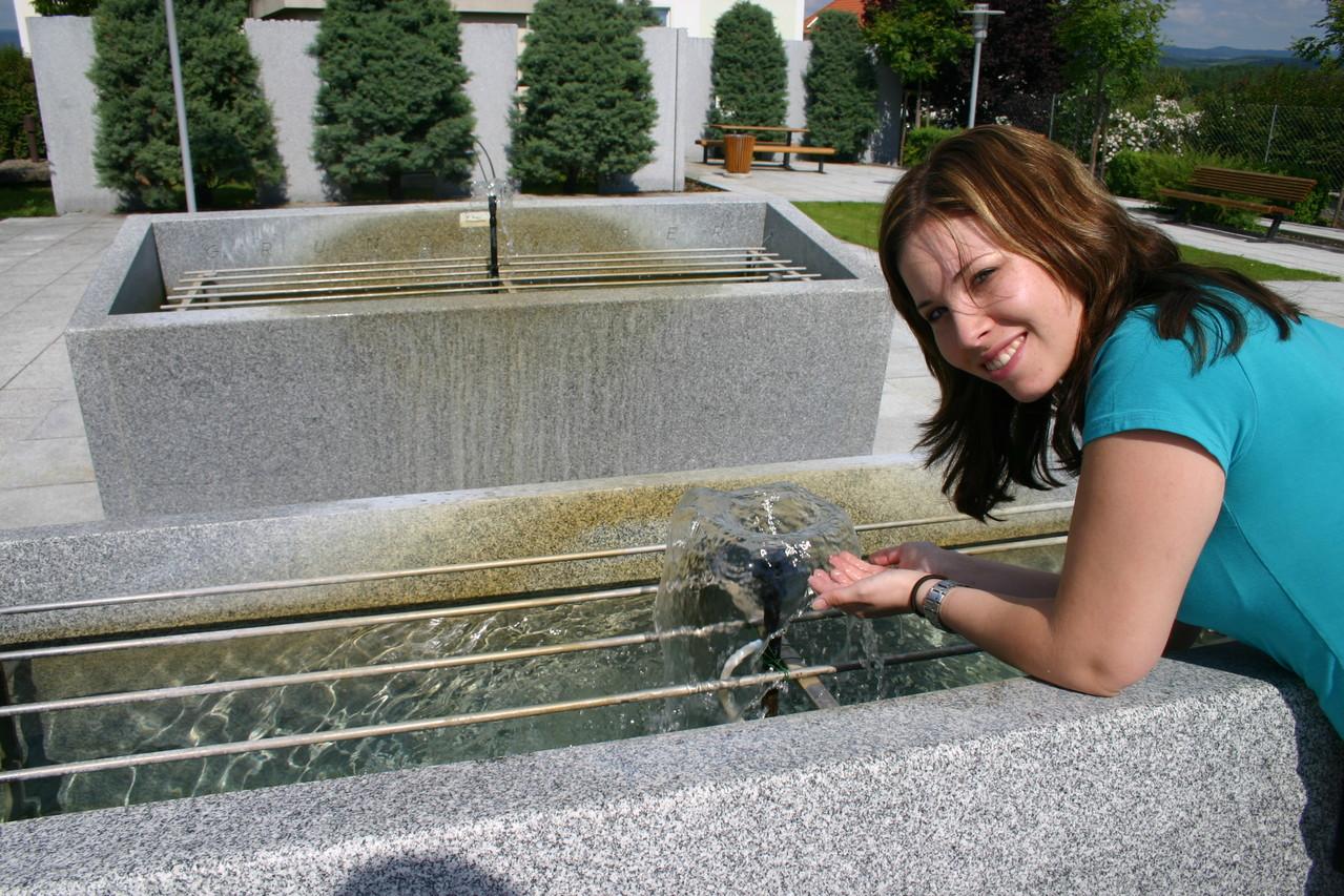 Aus dem Brunnenwettbewerb 2002 ging der Dorfbrunnen in Brunnkirchen hervor.