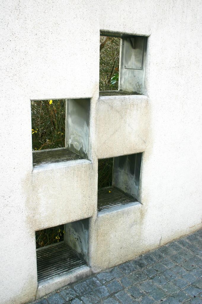 ...in die Trennmauer des Parkplatzes integriert wurde.