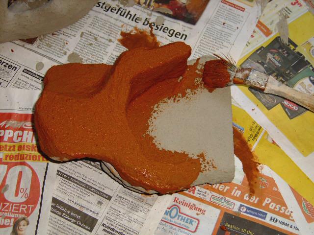 da die Farbe im nassen Zustand einen anderen Farbwert hat, erstmal an Innenseiten austesten