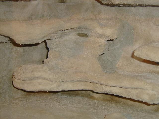 An manchen Stellen wird es sich nicht vermeiden lassen, das die Menge des Fliesenklebers etws dicker ausfällt. Beim trocknen entstehen dann Risse. Diese werden aber mit der nächsten Schicht wieder überdeckt.