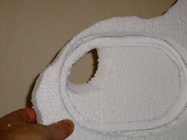 Um die überstehende Höhe der Box zum Deckel auszugleichen, einen Aussenrand passend ausschneiden und auf die Deckelunterseite kleben