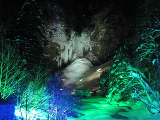 落差64m!平湯大滝結氷まつり 2月15日~25日