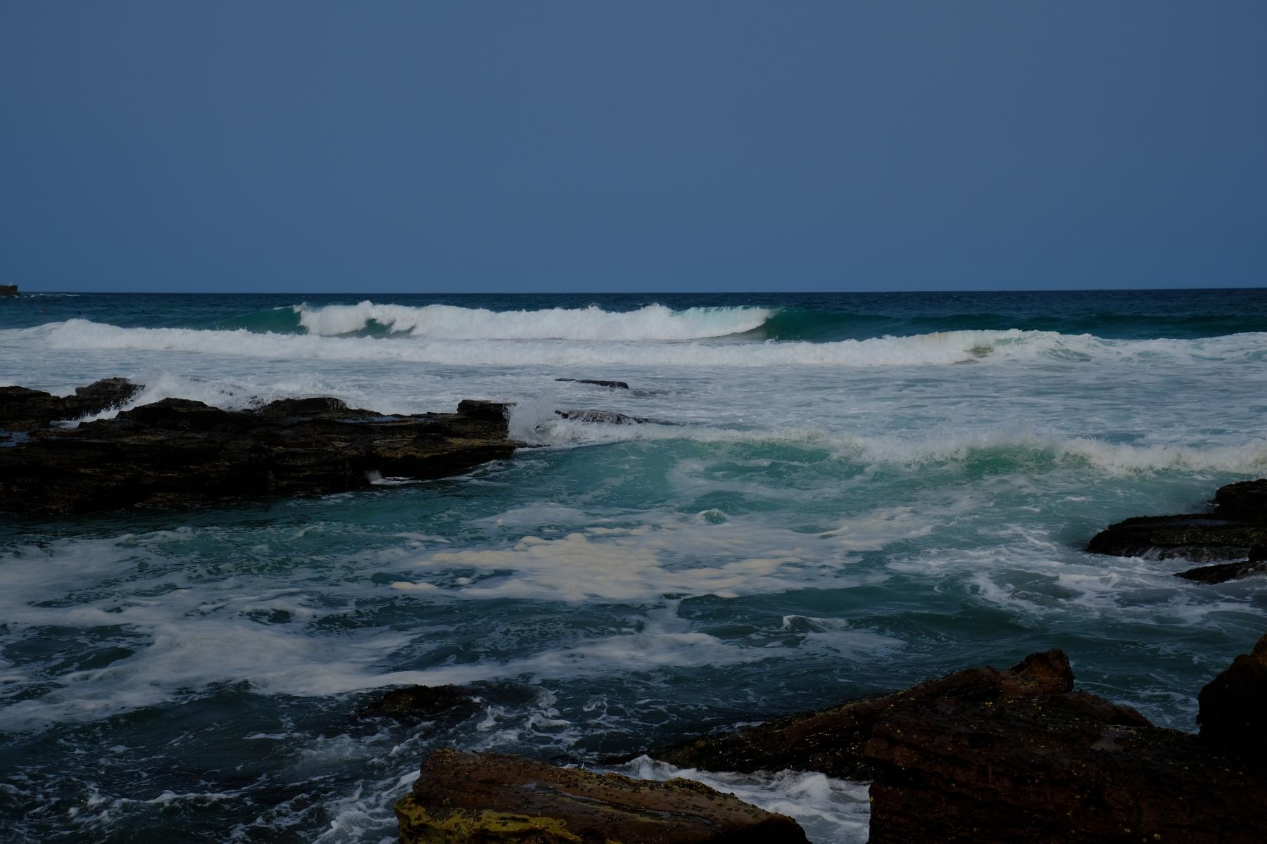 Die raue Küste, mit den Felsen, Strömungen und Brandungen