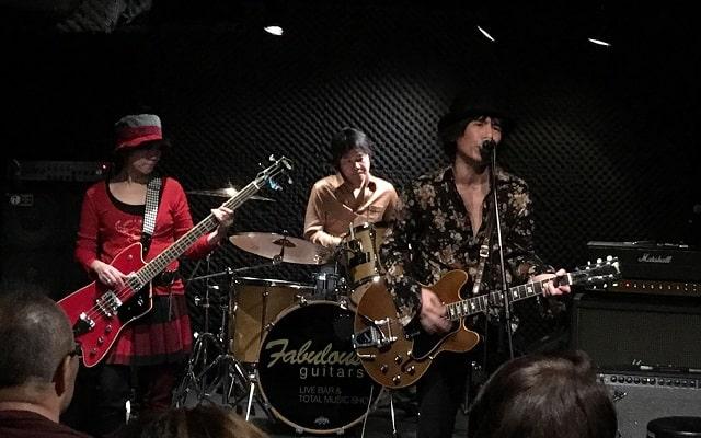 上野ファビュラスギターズで演奏する3ピースバンド