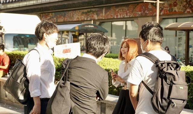路上ライブをしているルナに声をかける大阪の若者