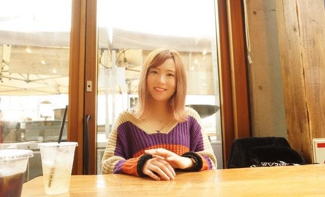 女性シンガーRUNAが喫茶店にいるシーン