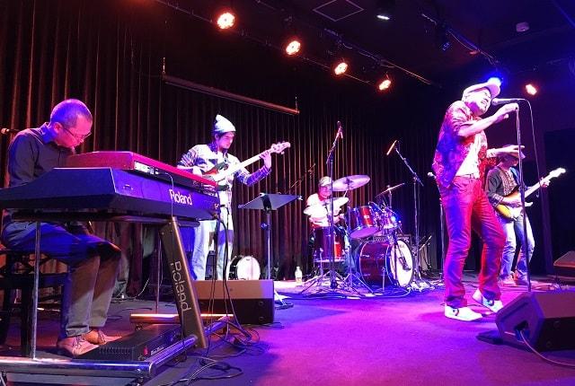 ライブハウス「MT Milly's」のステージで演奏するファニープレイヤーズ