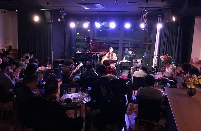 田中永美が銀座SOLAで5回目のワンマンライブを開催している場面