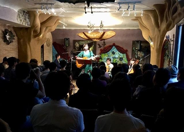 新宿ガルバホールにて田中永美がワンマンコンサートをしている場面