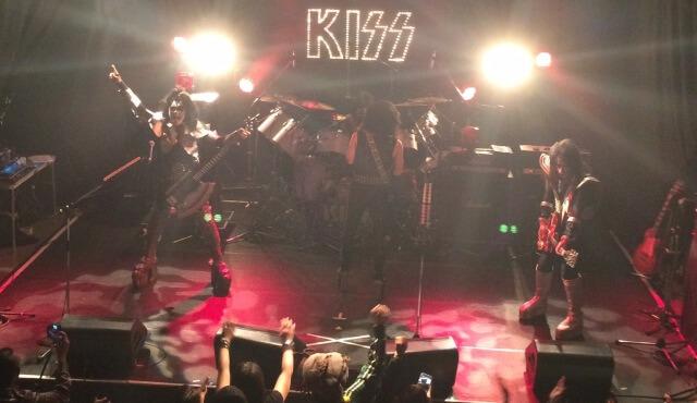 初台ドアーズでJoke'd KISSがライブをしている場面