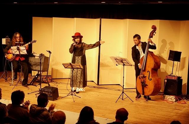 ジャズシンガー「CHIEKO」の3人組ユニットによる音楽ライブのステージ