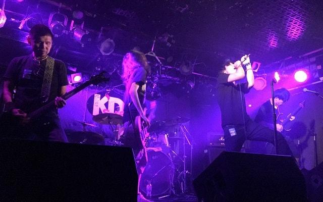 Sea Below Meが稲毛K'sでライブをしている場面