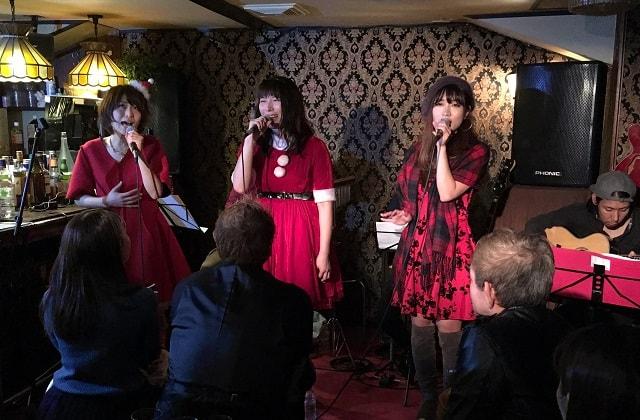 新宿カールモールのステージで歌う「マリノ」「マナミ」「ユカ」の3人