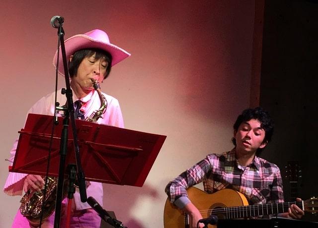下北沢「Com.Cafe音倉」のオーガニックディナーショーで演奏するサックス奏者レイとギター奏者よーげん