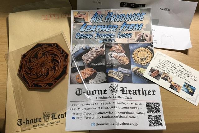 t-bone Leatherの革製品コースターとチラシが並んでいる写真