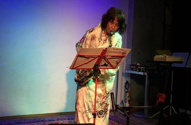 サックス奏者のレイさんが下北沢コムカフェ音倉で演奏している場面