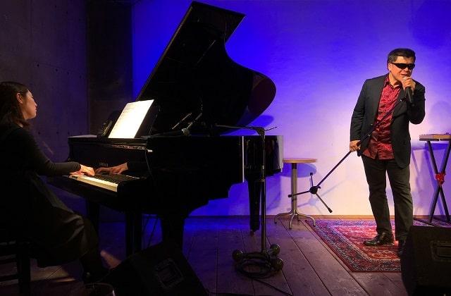 下北沢コムカフェ音倉で演奏するボーカルwildさんとピアノの山本さん