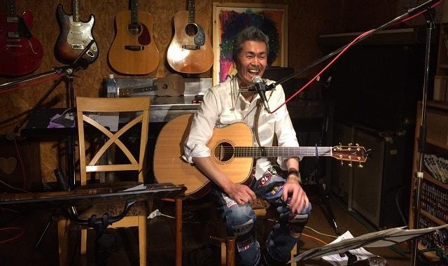 小林 進さんが群馬県のカフェスコアでライブをしている場面