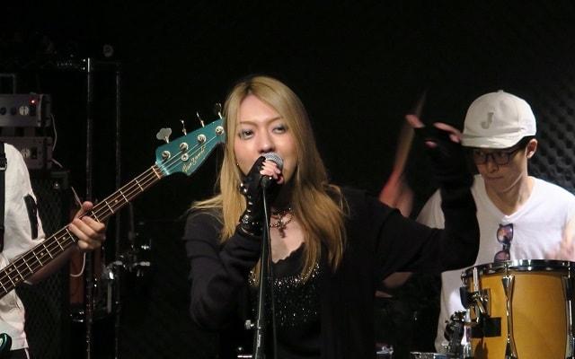 レイラのボーカル「マユさん」がライブをしている画像