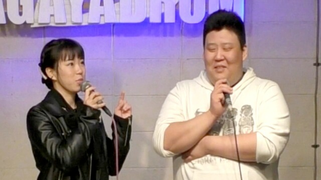あさがやドラムのステージに立つ兄妹ユニット「ななかと!」の「七歌」と「たけ」