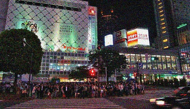 夜の渋谷駅前のスクランブル交差点