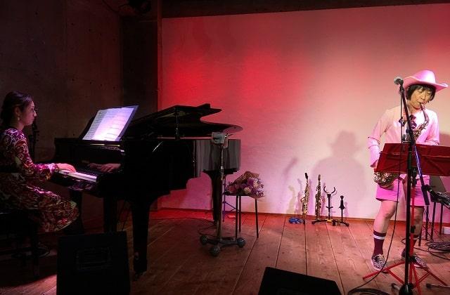 下北沢「Com.Cafe音倉」のオーガニックディナーショーで演奏するサックス奏者レイとピアノ奏者の山本光恵