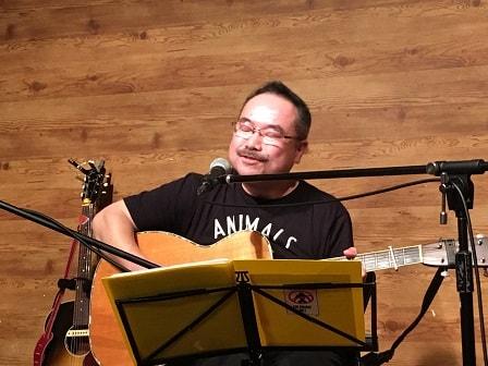 東京都大森のライブバー「風に吹かれて」でライブ演奏する中山昭さん