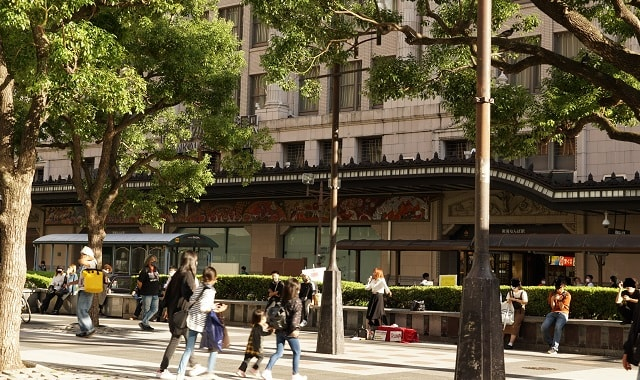 大阪のなんばマルイ前の広場で路上ライブをするルナ