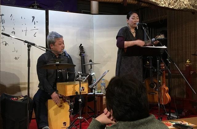 新小岩にある應無寺(おうむじ)の音楽ステージで演奏する「こむろゆい」夫婦