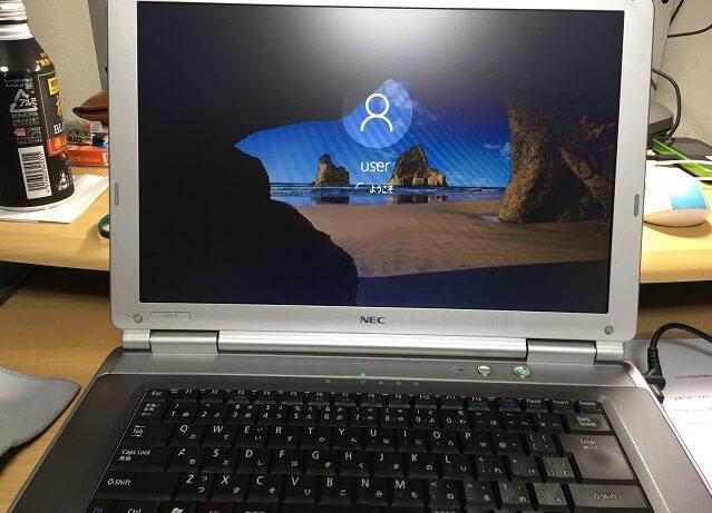 ワジュンPCから届いたノートパソコンを起動させている場面