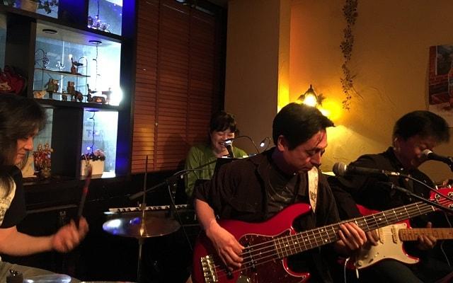 下北沢「Blue Moon」でライブが行われている場面