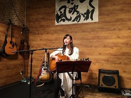東京都大森のライブバー「風に吹かれて」でライブ演奏する田中詠美さん