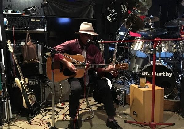 Live&bar R.61でライブ演奏するハタさん