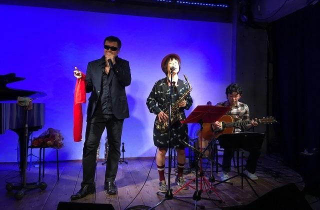 下北沢「Com.Cafe音倉」のオーガニックディナーショーで演奏するサックス奏者レイとワイルドハート