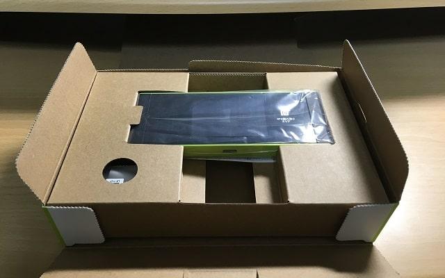 wimax w05を箱から出している場面