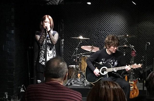 上野ファビュラスギターズで演奏する男女ユニット