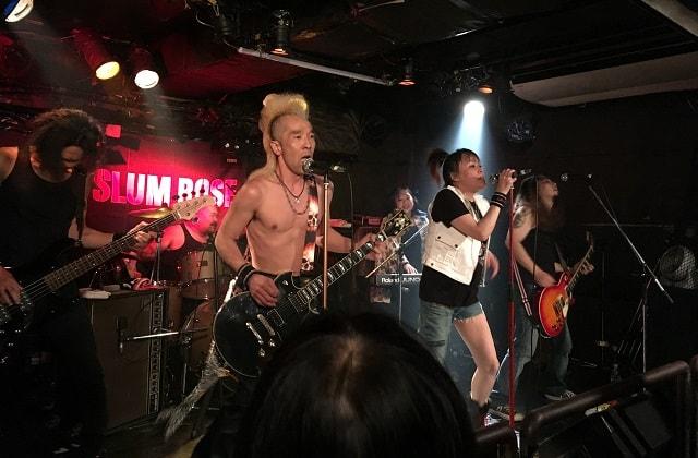 四谷アウトブレイクでスラムローズが音楽ライブをしている場面
