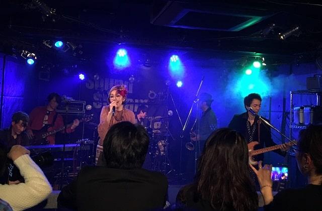 インスパイアブルーがサウンドストリーム佐倉で演奏している場面