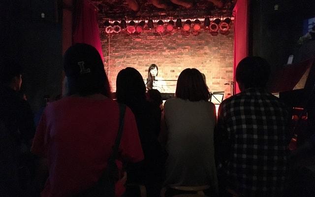 新宿rossoで古崎エンがワンマンライブをしている場面