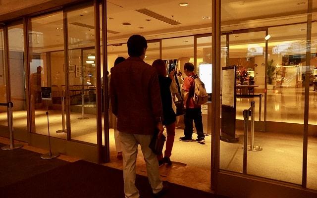 ホテル入口でコロナ対策の検温、除菌をしている場面