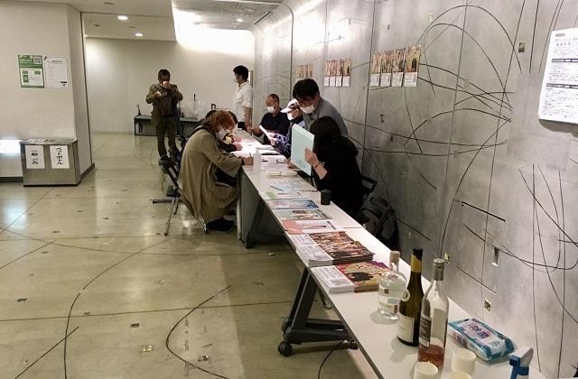 横浜にぎわい座にて寄席の受付を準備している場面