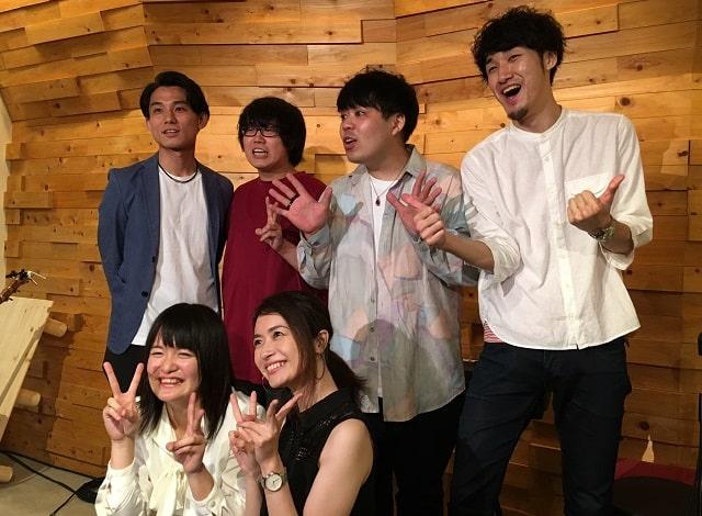tezのレコ発ライブに出演した演者の集合写真(小林翔馬、岩渕颯太、みなな、市太郎、小林拓真)