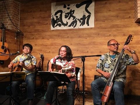 東京都大森のライブバー「風に吹かれて」でライブ演奏する「いなのとひらのとこば」
