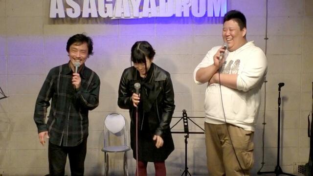 あさがやドラムのステージに立つオーナー小川と、兄妹ユニット「ななかと!」の「七歌」と「たけ」